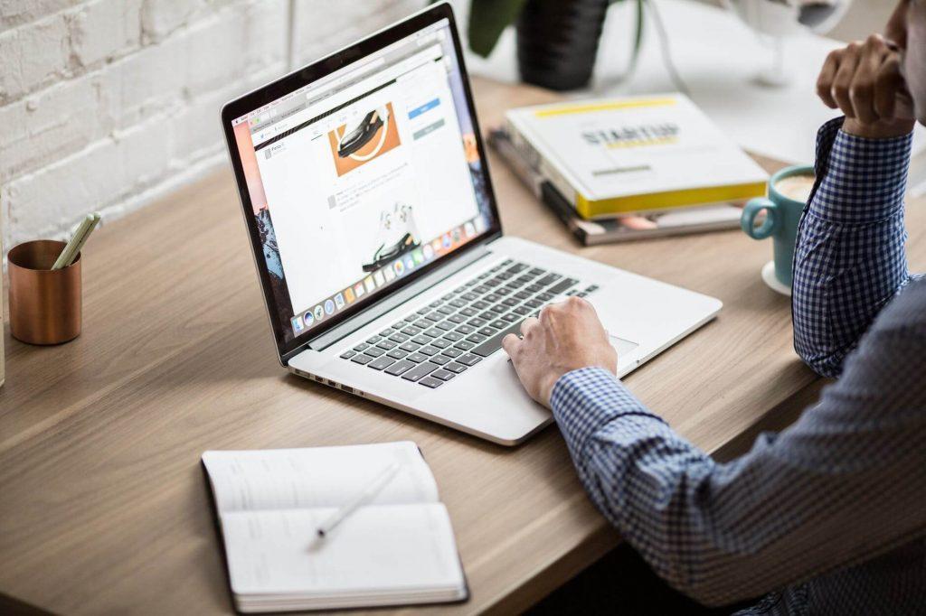 man_working_oline_computer
